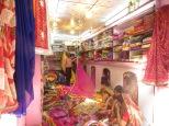 En todas las tiendas que vimos la cosa funciona asi. Los clientes se sientan en el suelo y el vendedor les empieza a sacar mercancía. Es como estar en un mar de saris.