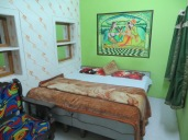 Y ahora sí, después de ver la puesta de sol desde la rooftop de nuestro hotel, podemos instalarnos en esta colorida habitación