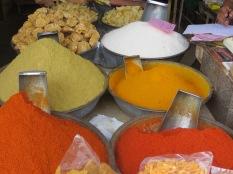 Qué colores tan intensos tienen los puestos de especias en la India!
