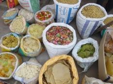 """Seguimos recorriendo el mercado por una zona menos """"transitada"""". Pasta seca, tenía una pintaaaa… ñam!"""