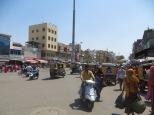 Imagen representativa del caos circulatorio en las ciudades indias: motos en una dirección, en la otra, tuk-tuks, personas cruzando... todo a la vez. Para ser totalmente fiel a la realidad, sólo le falta una vaquita sentada en medio de la calle ;)