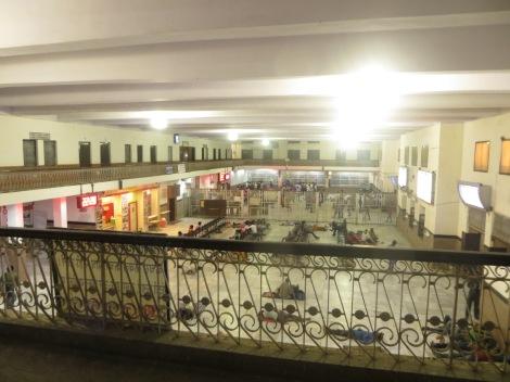 Imagen del interior de una estación de trenes cualquiera una noche cualquiera... el hecho de dormir en el suelo (tanto a cubierto como al raso) es, sorprendentemente, algo más que habitual por estas tierras... próxima parada, Jaisalmer!