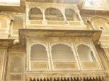 Preciosos detalles tallados en roca adornan los balcones