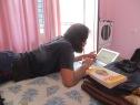 Estudiando en la habitación
