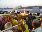 Un momento muy bonito de la ceremonia, en el que los sacerdotes pasan con las llamas de la ofrenda y las mueven junto con los más devotos