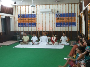 Roshan al centro, Vijeth a la izquierda y Surja a la derecha