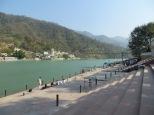 Así de claro se muestra el río Ganges a su paso por Rishikesh