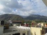 Panorámica desde la terraza del hotel. Estamos en las faldas del Himalaya :)