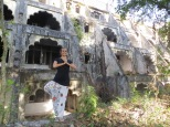 Mónica posando en Palm Tree pose en el Beatles ashram