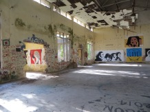 Nave industrial en ruinas aprovechada para dejar mensajes de vida, paz y amor (pero cuidado con el falso techo, que se nos viene encima!!)