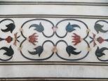 El nivel de artesanía es altísimo. Estos motivos NO fueron pintados. Se picaron en el mismo mármol y se incrustaron piedras semipreciosas y gemas de distintos colores traídas desde toda Asia