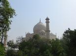 Alejándonos por los jardines, entre árboles, el Taj Mahal nos ofrece una nueva imagen