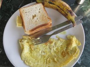 Os presento el desayuno más barato de la historia: Omelette, varias rebanadas de pan de molde, mantequilla y un plátano... ahhhh y no está en la foto pero estaba incluido el chai (té con leche). Todo por el módico precio de 25 rupias (unos 35 céntimos de euro), mola o no molaaaaa??